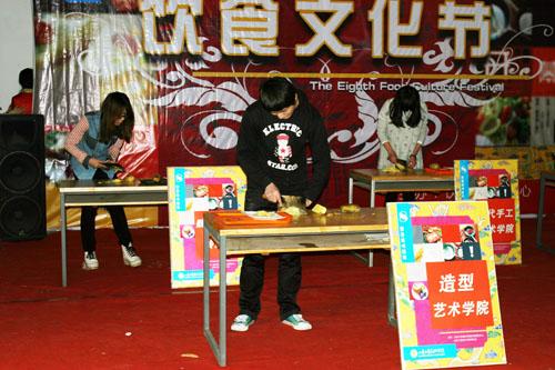 造型艺术学院积极参加我校第八届饮食文化节疯狂大饮食活动